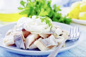 The Hirshon Jewish Pickled Herring with Onions in Sour Cream – זויער העררינג